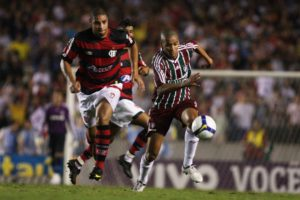 Adriano and Adeilson battle for the ball, photo by Ricardo Ayres/Photocamera