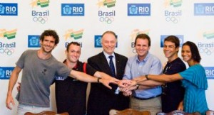 Nuzman and Paes along with the first four athletes linked to Time Rio: Diego Hypólito, Kaio Marcio, Bárbara Leôncio and Ricardo Winicki, photo by COB.