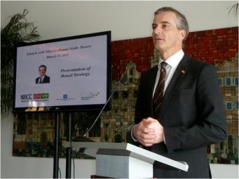 Minister Jonas Gahr Støre addressing Norwegian and Brazilian business people in Rio de Janeiro
