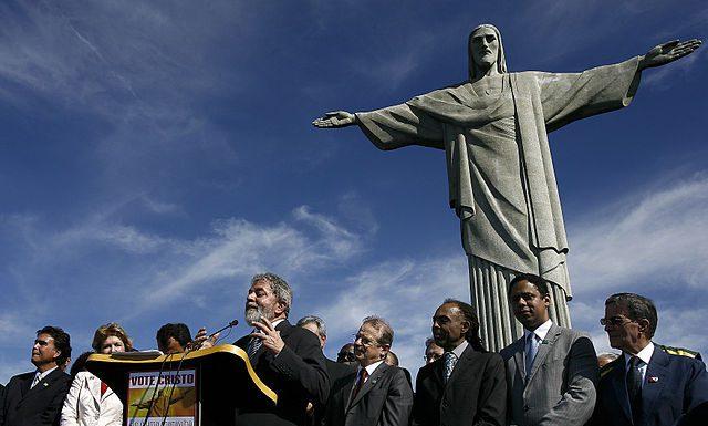 Ex-president Lula in front of Cristo, photo by Ricardo Stuckert/Agencia Brasil.