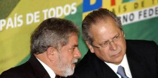 José Dirceu (right) with ex-President Lula in 2005, the year the scandal first surfaced, photo by José Cruz/ABr.