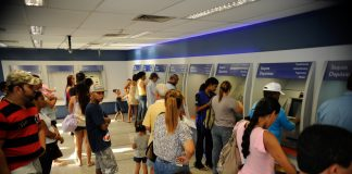 The rumor meant Caixa banks were inundated by people desperate to withdraw their Bolsa Família payment, photo by Tânia Rêgo/ABr.