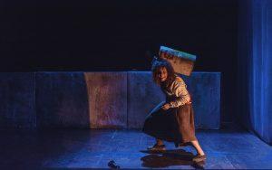 Actress Rosinda Costa performs stage adaptation of 'Terra Sonâmbula', photo by ESTE.